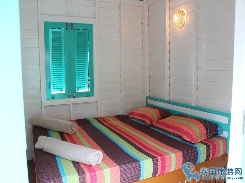 仅数步之遥,虽然这家的浴室是合用的但就在房间旁边很方便~房子的颜色非常有爱~,很特别的体验!很推荐 每天吹着海风看落日的感觉想在那里度过余生,位于邦宝渔村 (41 Moo 1, Bang Bao, Koh Chang tai,) 住了两天很后悔 这个价格在bangbao来说太贵了 位置是很好 来坐坐看看风景就够了 旁边很多家也很不错 房间床单也很脏 看老板只是晒被子 也不洗不换 房间水很小 放都放不出来 老板卖的车票比外面贵很多 这家吃饭也很贵又难吃 比别家差很多 车票千万不要在他那儿买 附近有很多便宜住