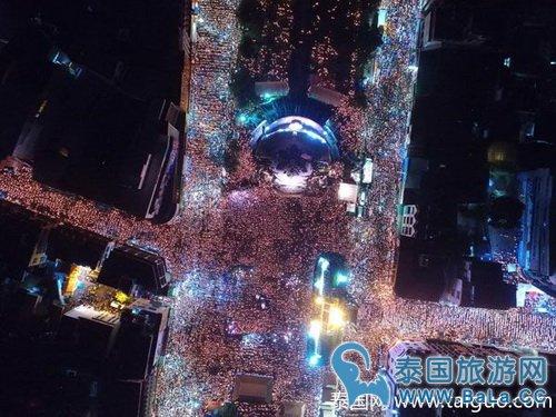呵叻贵寓十万公众秉烛合唱《颂圣歌》 局势是否壮观