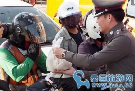 曼谷警局收购大米1000公斤奖励遵守交规行人车辆