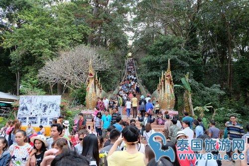 清迈双龙寺游客爆满 芭提雅普吉岛人潮涌动