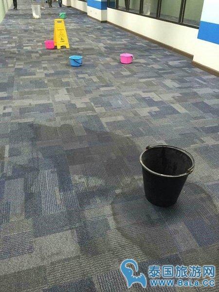 普吉机场漏雨严重 需用塑料桶接雨水