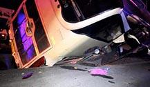 泰国旅游大巴司机变开车边喝酒酿车祸
