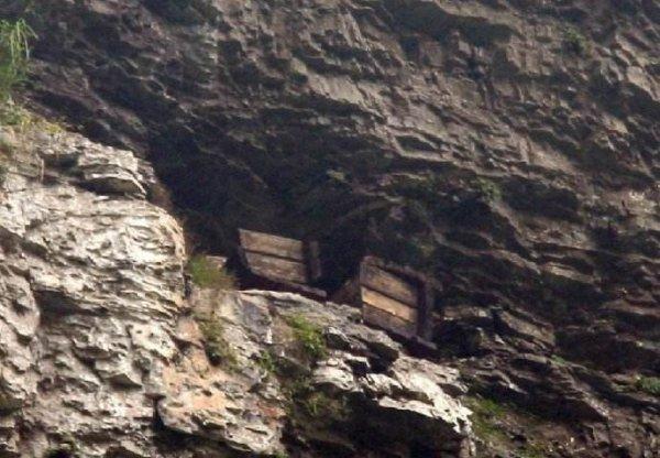 三峡悬棺的千古之谜:三峡悬棺怎么放上去的