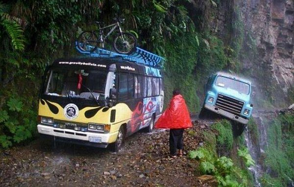 世界上最危险的公路,汽车旁边就是悬崖