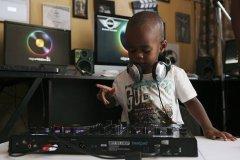 世界上年龄最小的dj,只有2岁却能玩转音乐
