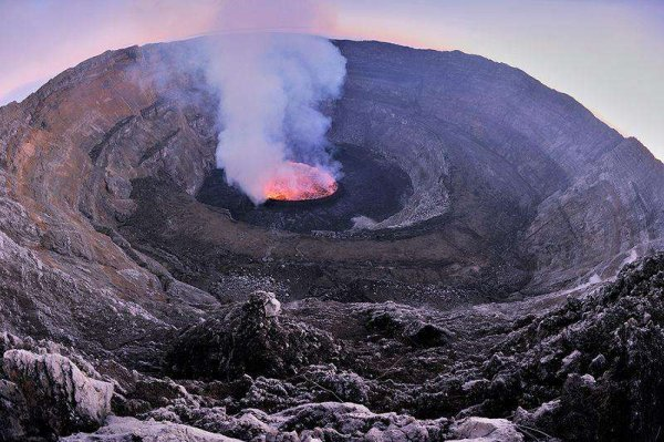 世界上最大的熔岩湖——尼拉贡戈火山坑