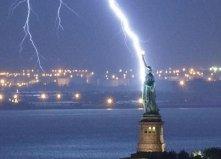 全球遭天打雷劈的诡异事件 闪电击中自由女神像