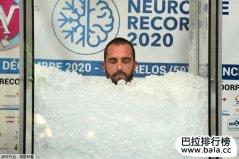 法国男子打破全身接触冰块最长时间世界纪录