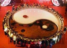 世界上最大的火锅,直径10米可供56人用餐