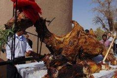 世界上最大的烤肉,550公斤的骆驼烤肉