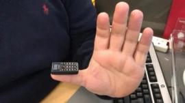 世界上最小的手机,仅比iPhone刘海大一丁点